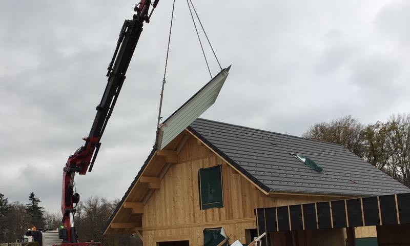 Pose d'une verrière par grutage sur toit pente - Angle de vue 2