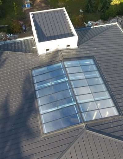 Verrière sur toit pente à faible inclinaison - Plan large